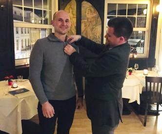 Manuel Harter bekommt offiziell den Tischpin angesteckt