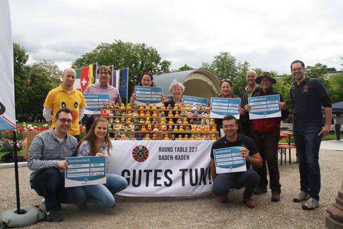 Gemeinsame Spendenübergabe: Club-Präsident Florian Krase (links in gelb) mit den Vertretern der begünstigten Projekte.