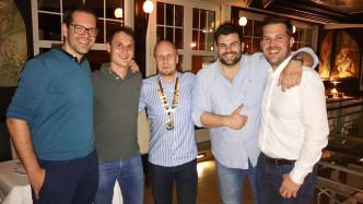 Stolze neue Mitglieder (Christian 2. v.l. und Tim 2.v.r., deren Paten Carl-Georg Gruner (ganz links) und Florian Liebenstein (ganz rechts) und der Präsident Florian Krase  (Mitte)